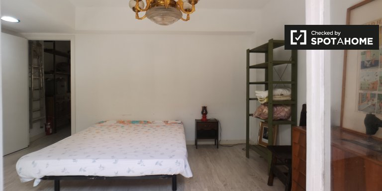 Room for rent in 2-bedroom house in L'Hospitalet, Barcelona