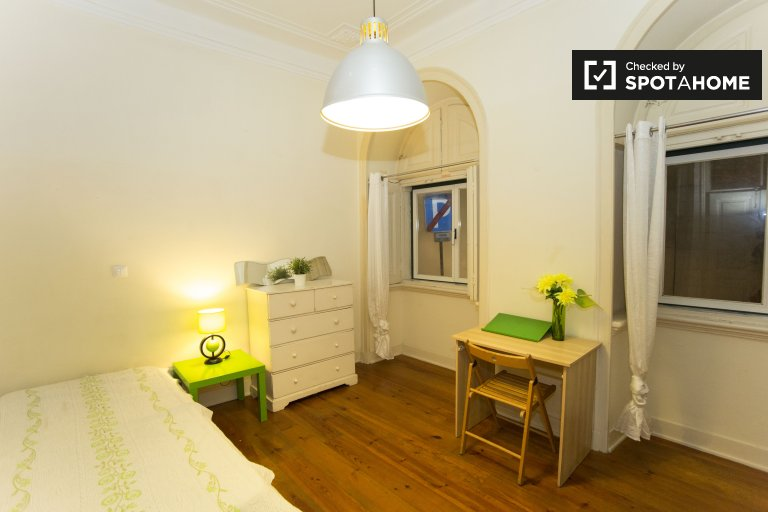 Spacious room for rent in 6-bedroom apartment in Barrio Alto