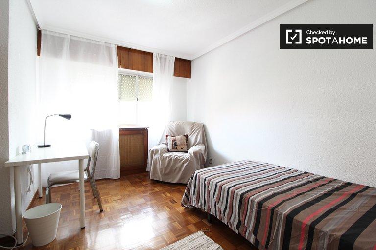 Habitación compacta en un apartamento de 4 dormitorios en Madrid