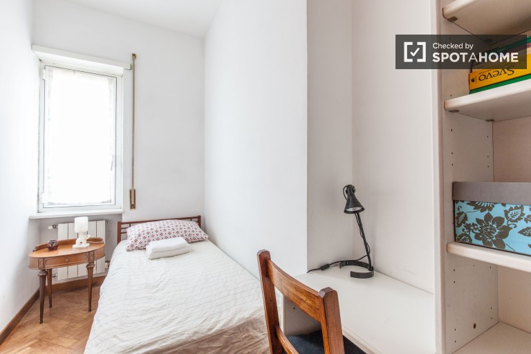 Single Bed in Rooms for rent in 3-bedroom apartment in Ostiense, close to TRE University