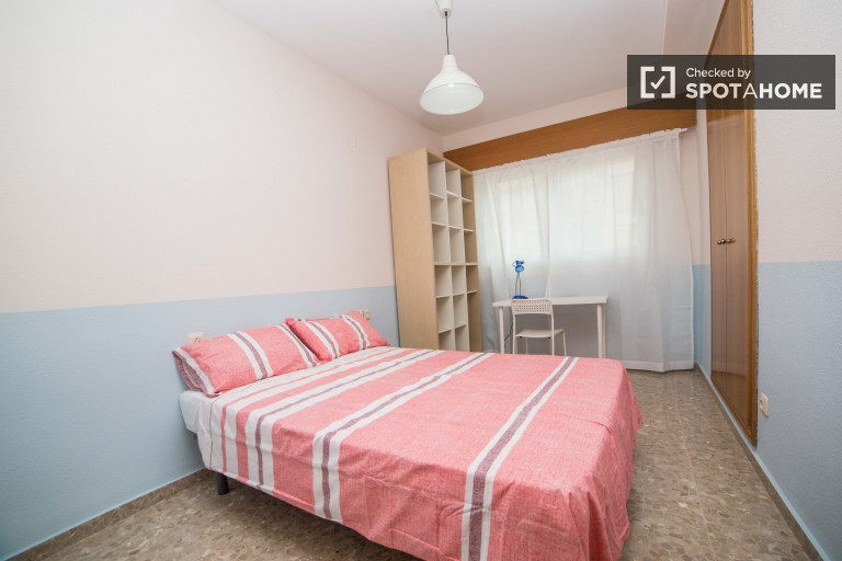 Double Bed in Bright rooms for rent in a 4 bedroom apartment in Benimaclet