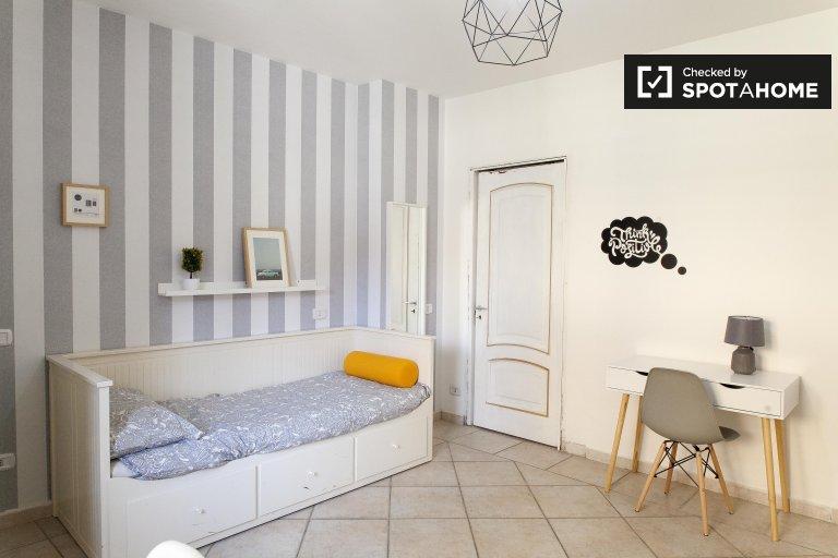 Elegante camera condivisa in appartamento con 4 camere da letto a Torre Gaia