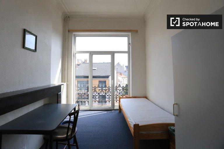Ensolarado quarto em apartamento em Etterbeek, Bruxelas