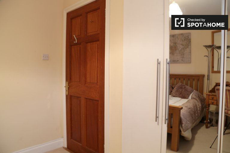 Double Bed in Rooms for rent in 4-bedroom house in Shankill