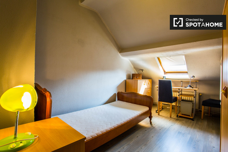 Amplo quarto em apartamento de 3 quartos em Evere, Bruxelas