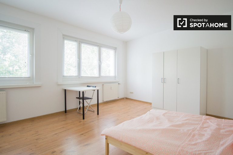 Double Bed in Bright rooms to rent in a 4-bedroom shared apartment in Friedrichsfelde