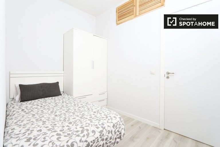 Traditional room in 6-bedroom apartment in Acacias, Madrid