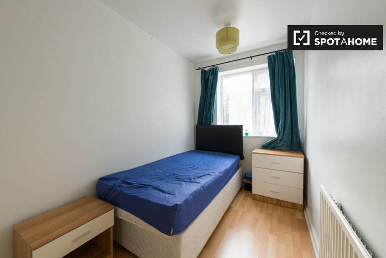 Bright room in 5-bedroom flat in Plaistow, London