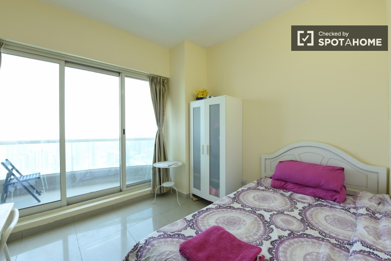 Single Bed in Rooms for rent in a 5-bedroom apartment with pool and gym access in Jumeirah Lakes Towers