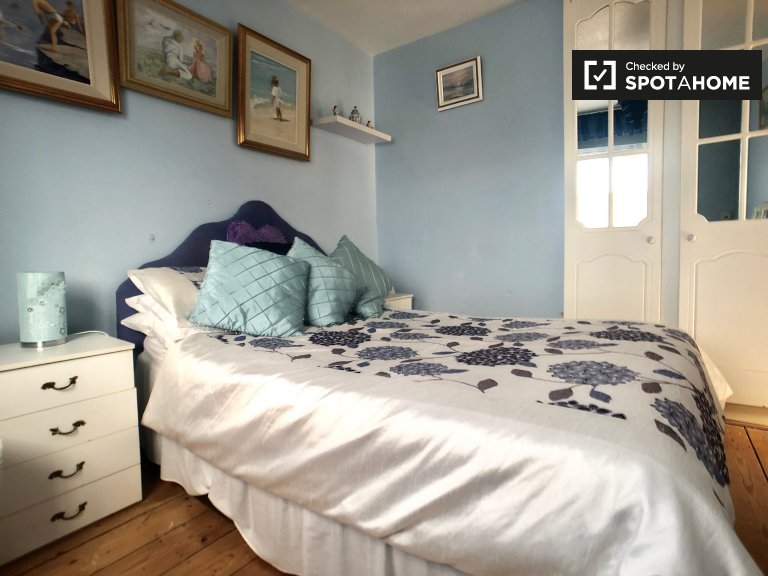 Nice room in 4-bedroom house in North Central Area, Dublin