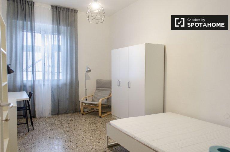 Chambre moderne à louer dans un appartement de 4 chambres à coucher, Treiste, Rome