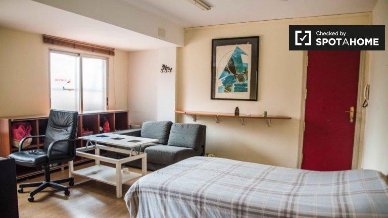 Habitación en piso de 8 habitaciones en Nou d'Octubre, Valencia.