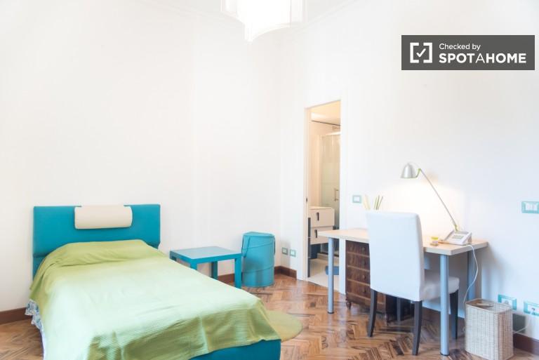 Grande camera in appartamento con 2 camere da letto nel centro di Roma