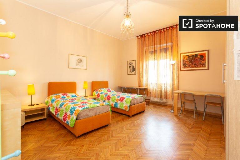 Quarto confortável em apartamento de 5 quartos em Magenta, Milão
