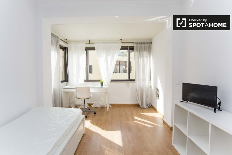 Spacious room in 5-bedroom apartment in Carcavelos
