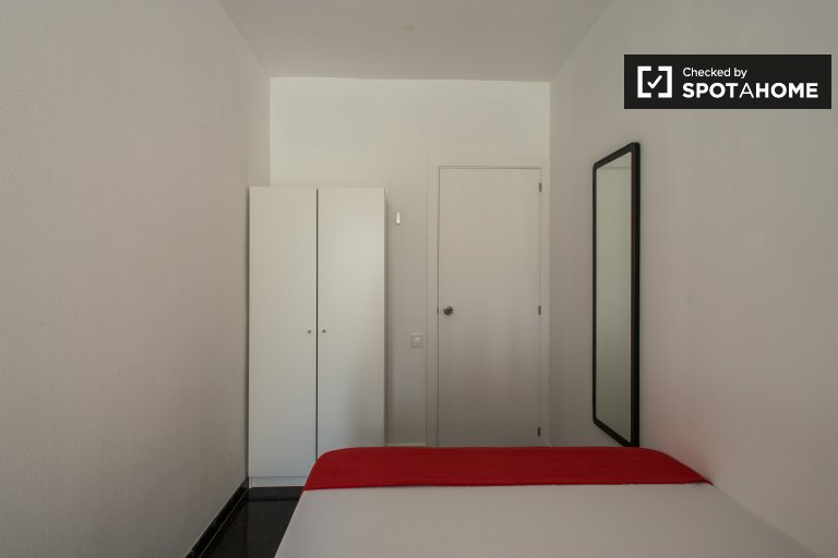 Tidy room in 6-bedroom apartment in  Les Corts, Barcelona