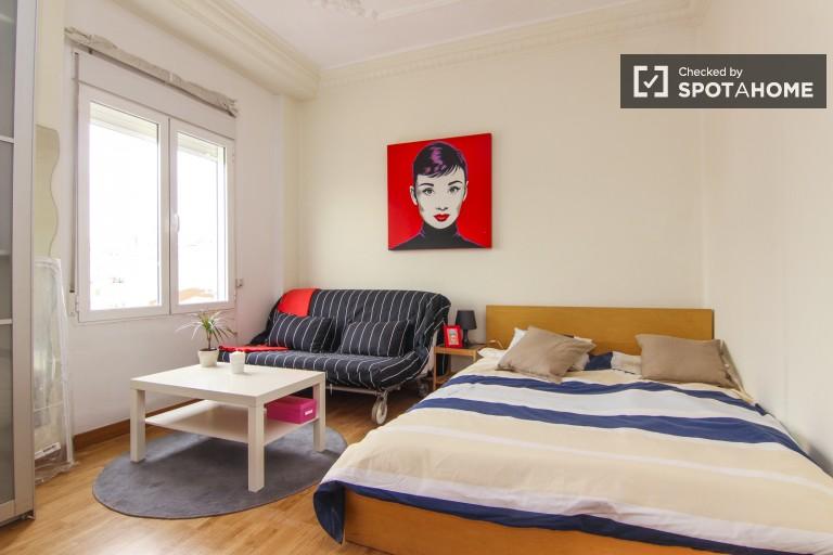 Chambre lumineuse dans un appartement partagé à Eixample, Valence