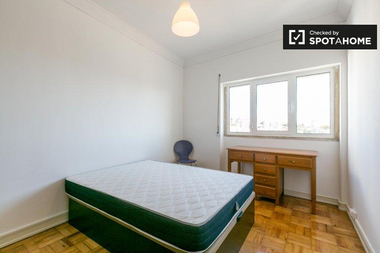 Arroios, Lisbon'da 4 yatak odalı dairede kiralık oda