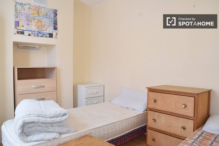 Twin Beds in Beds to rent in 2-bedroom house in Stoneybatter, close to the heart of the city