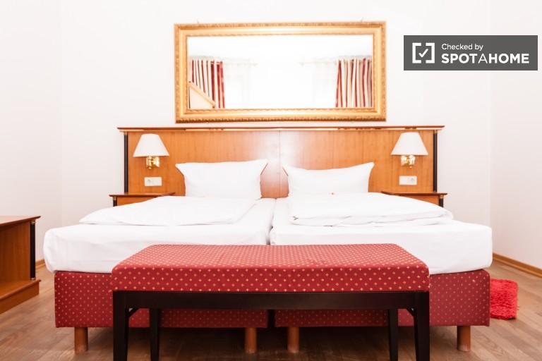 Berlin'in merkezindeki kiralık şık 2 yatak odalı daire