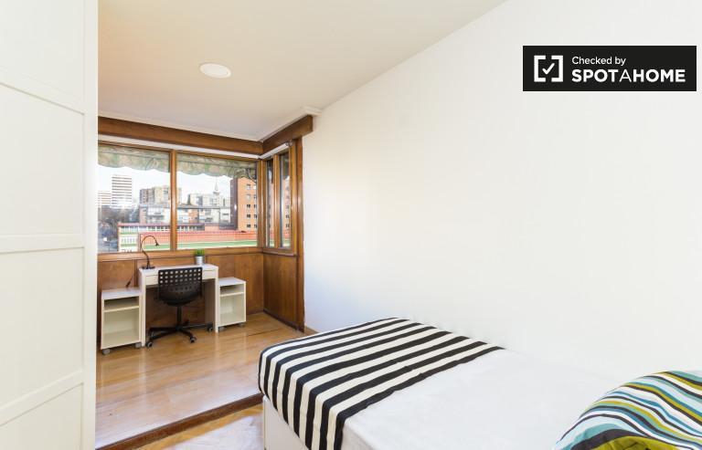 Huge room in 6-bedroom apartment in Retiro, Madrid