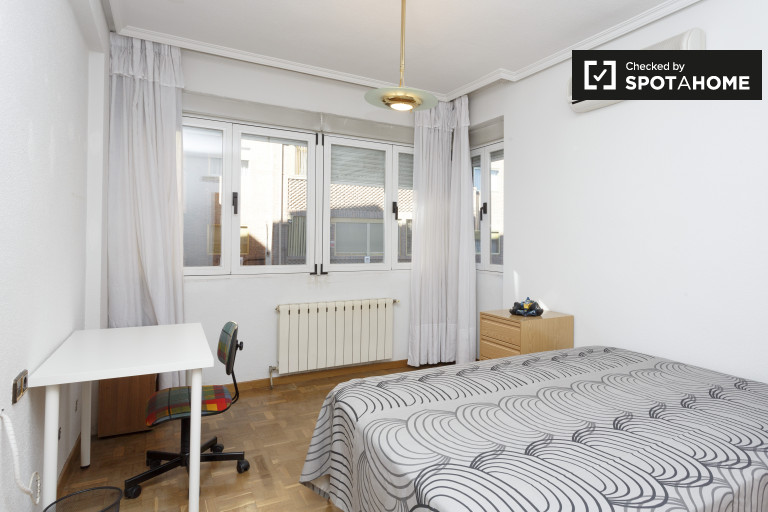 Double Bed in Rooms for rent in 3-bedroom apartment with street view in Valdezarza