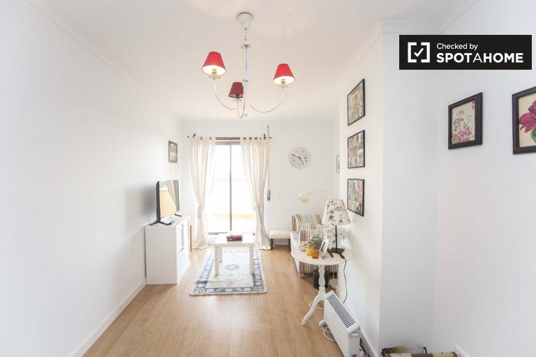 Chambre ensoleillée dans un appartement de 4 chambres à Estoril, Lisbonne