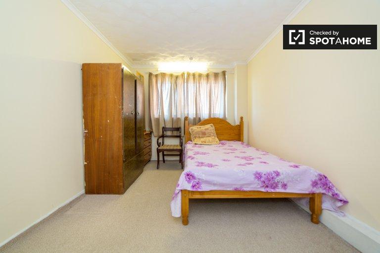 Geräumiges Zimmer in einer 4-Zimmer-Wohngemeinschaft in Newham