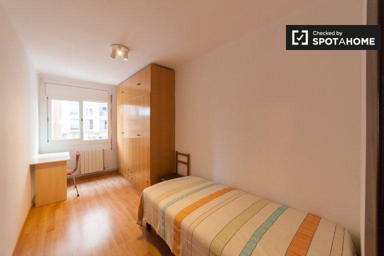 Schlafzimmer in heller 4-Zimmerwohnung mit Balkon zum mieten