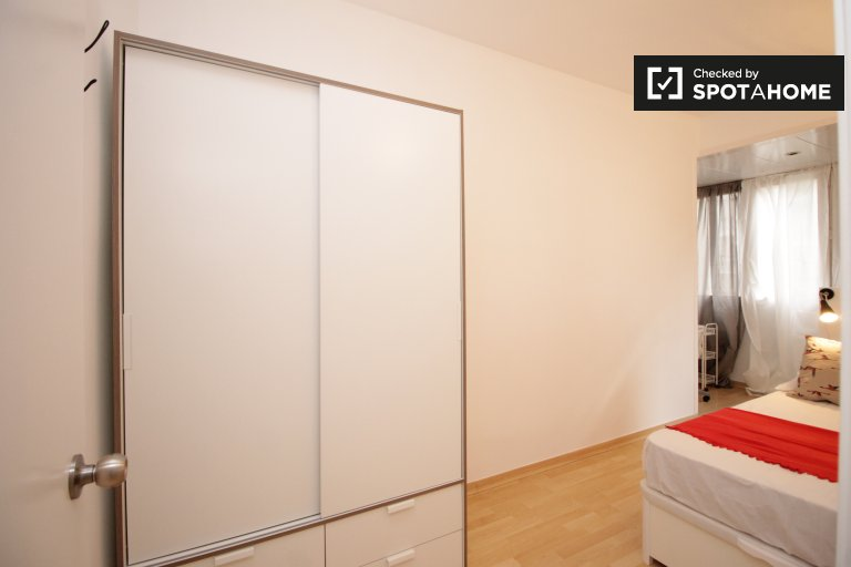 Tidy room in 5-bedroom apartment in Les Corts, Barcelona