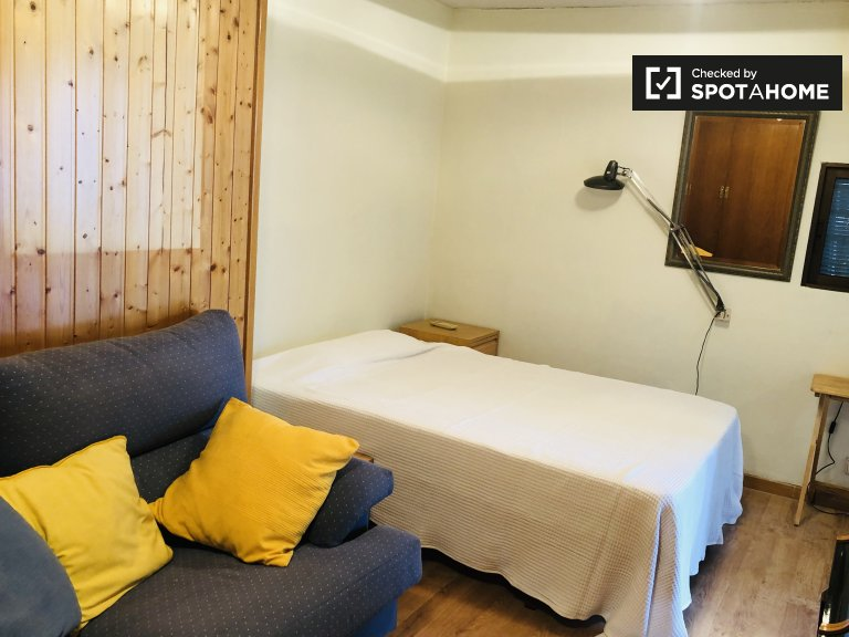 Toasty pokój do wynajęcia w apartamencie z 3 sypialniami w Tetuán