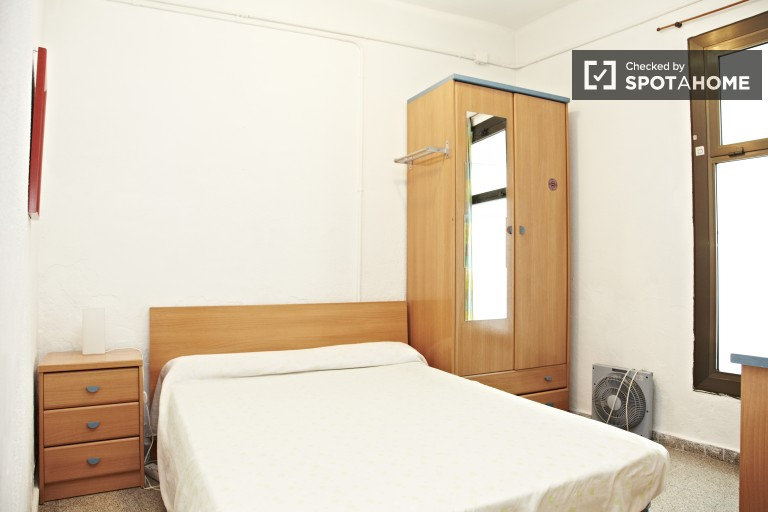 Equipped room in 5-bedroom apartment in Eixample, Barcelona