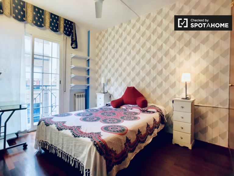 Stylish room to rent in 5-bedroom apartment in Gràcia