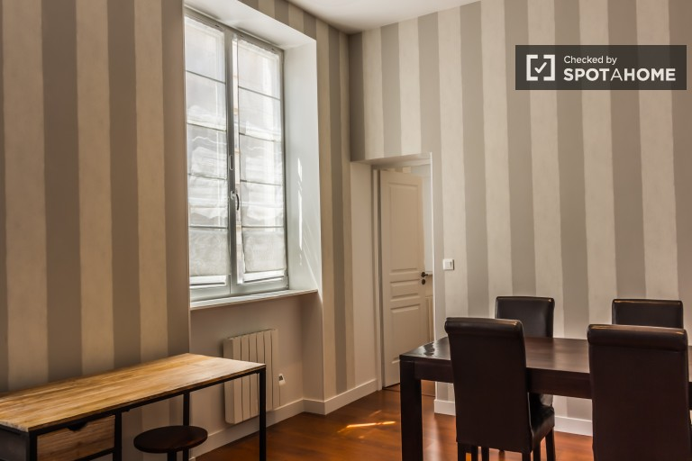 Stylish 2-bedroom apartment with balcony for rent in Ecully area