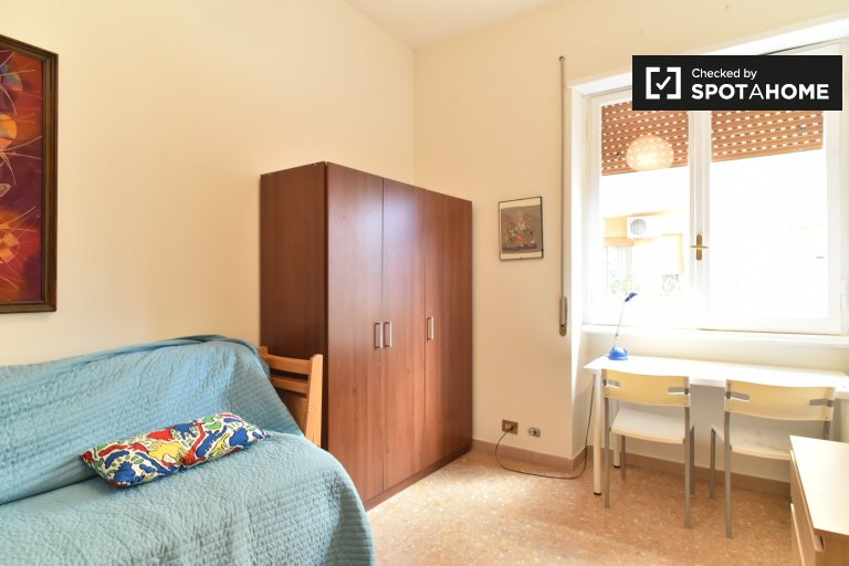 Comfortable room in 4-bedroom apartment in Rome