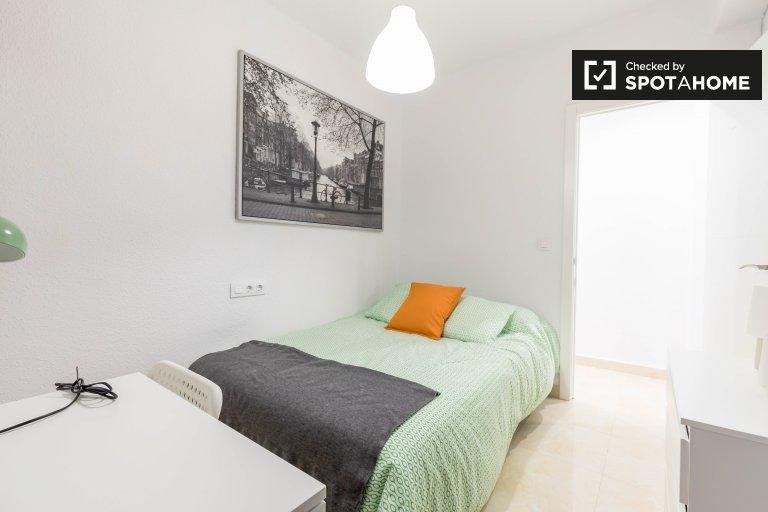 Chambre à louer dans un appartement de 4 chambres à Poblats Marítims