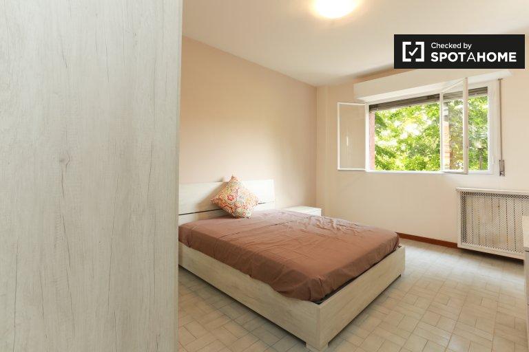 Milan, Gallaratese'deki 2 yatak odalı dairede geniş oda