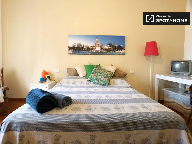 Amplia habitación en apartamento en Lorenteggio, Milán