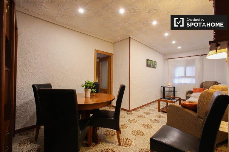 Pokoje do wynajęcia w 3-pokojowym mieszkaniu w Benicalap, Valencia