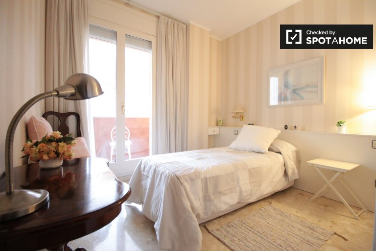Room with balcony in apartment in  Sants, Barcelona