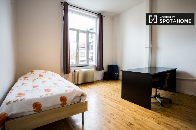 Sunny room in 4-bedroom apartment in Jette, Brussels