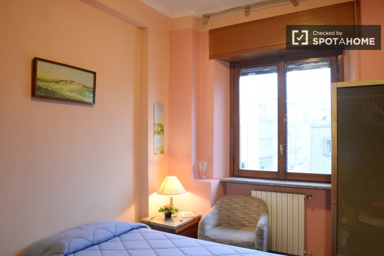 Padova, Milano'da 3 yatak odalı dairede konforlu oda