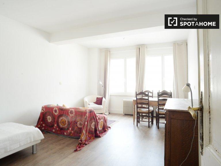 Duży pokój w apartamencie z 3 sypialniami w centrum Brukseli