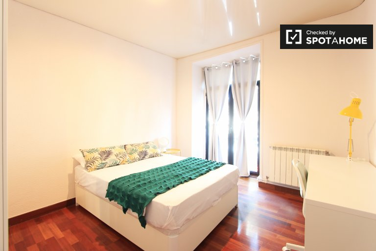Double Bed in Rooms for rent in a stylish 12-bedroom apartment with balconies in Goya