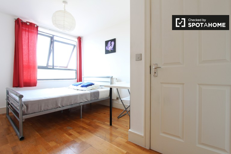 Double Bed in Rooms to rent in 3-bedroom flatshare with balcony in Limehouse