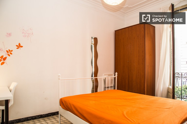 Double Bed in 6 bedrooms available for rent in a luxurious neighborhood in Barcelona, all utilities included