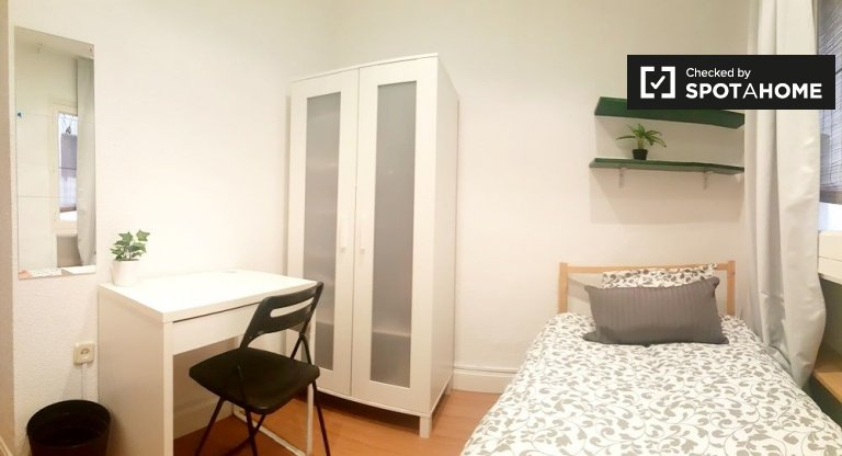Furnished room in 6-bedroom apartment in Malasaña, Madrid