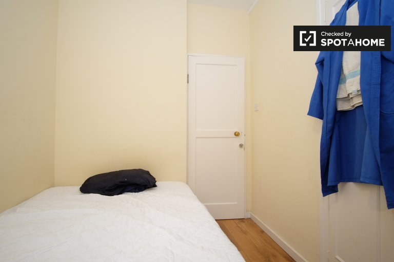 Equipped room in flat in Pimlico, London