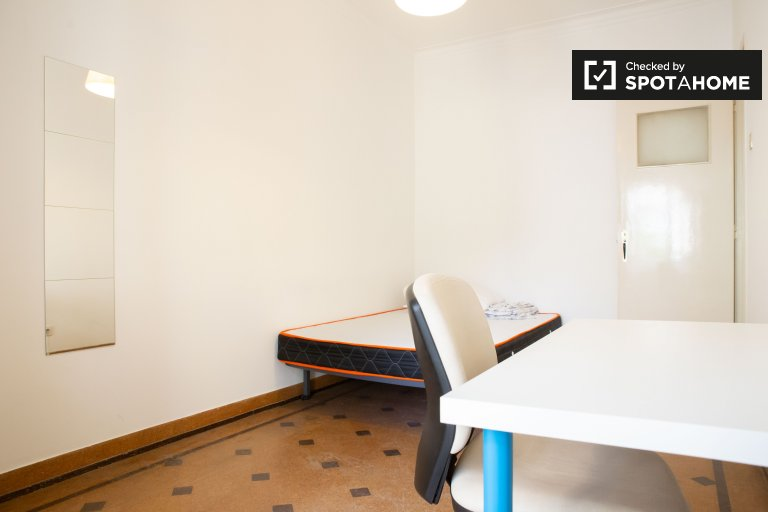 Room for rent in 3-bedroom apartment in Campolide, Lisbon
