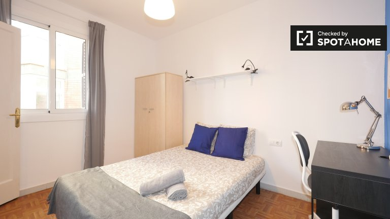Room for rent in 3-bedroom apartment in Sants, Barcelona